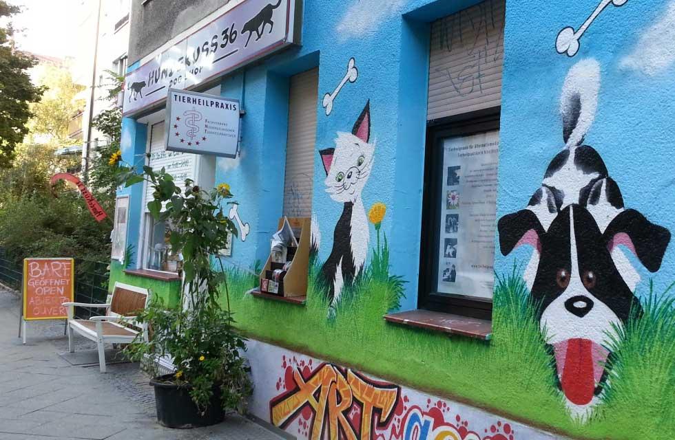 Hundekuss in Kreuzberg